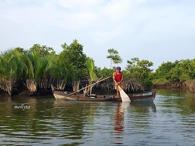 Nelayan menjaring ikan di Gebang