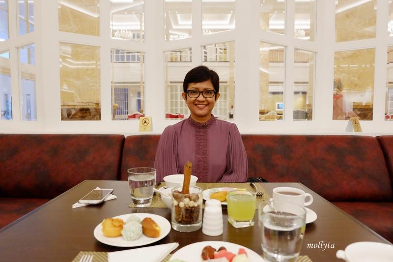 Menunggu waktu berbuka puasa di Adimulia Hotel