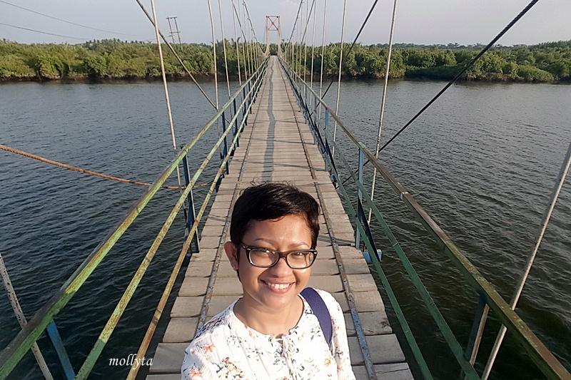 Di atas jembatan gantung desa Dogang di Gebang Langkat