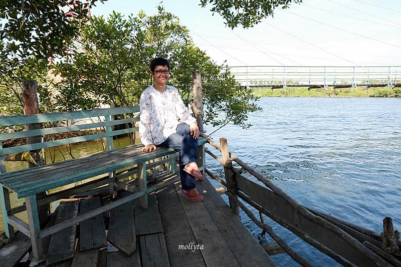 Santai di wisata Mangrove desa Dogang di Gebang