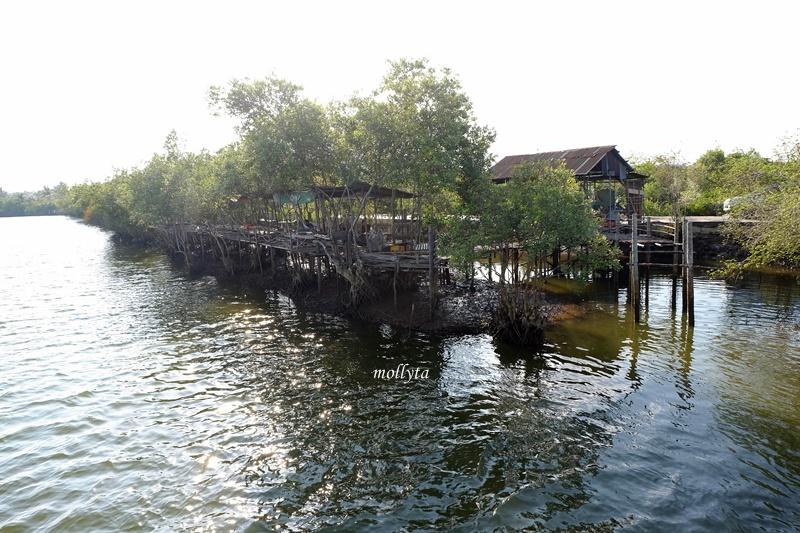Tempat bersantai di jembatan gantung desa Dogang