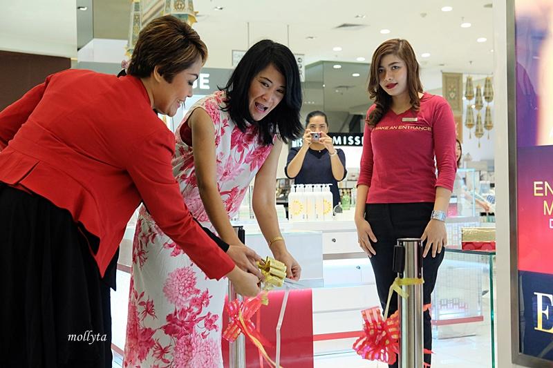 peresmian counter Elizabeth Arden di Parkson Medan