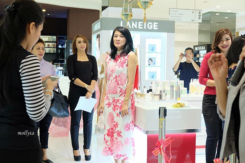 Mbak Rukmini Triastuti (Ade) pada peresmian counter Elizabeth Arden di Parkson Medan