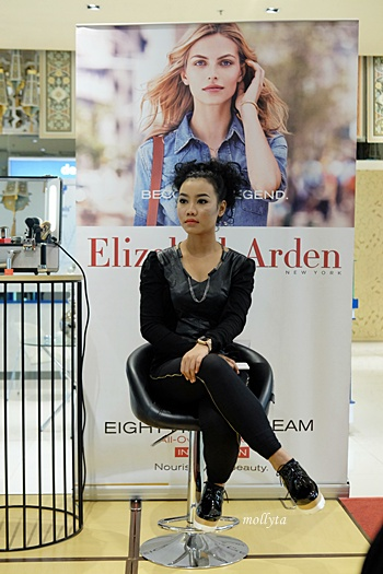 Model untuk demo make up Elizabeth Arden