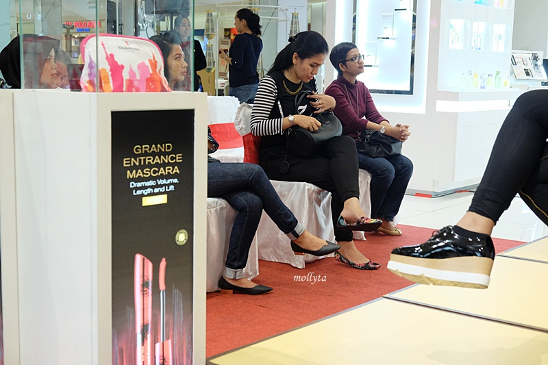 Acara demo make up Elizabeth Arden di Parkson Medan