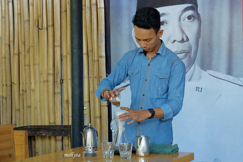 Teknik Manual Brewing di Anonimo Coffee