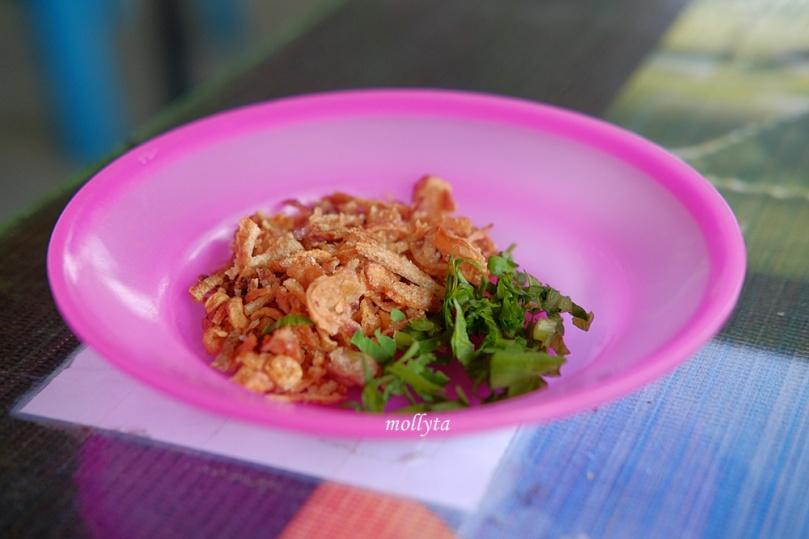 bawang goreng dan daun seledri untuk tahu balik Binjai