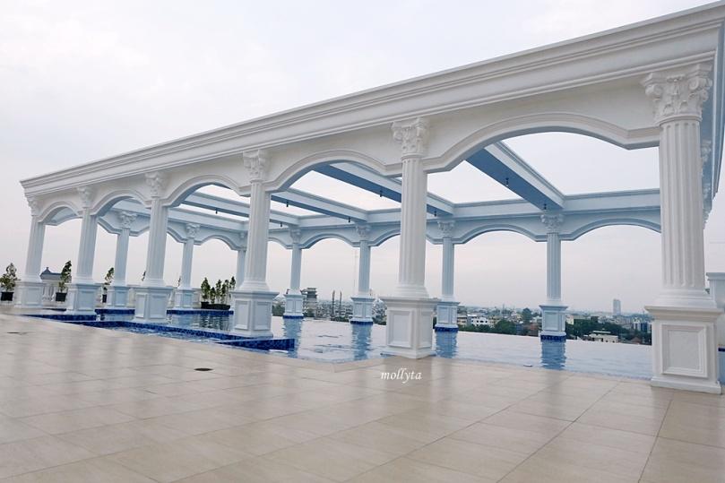 Infinity pool Adimulia Hotel Medan