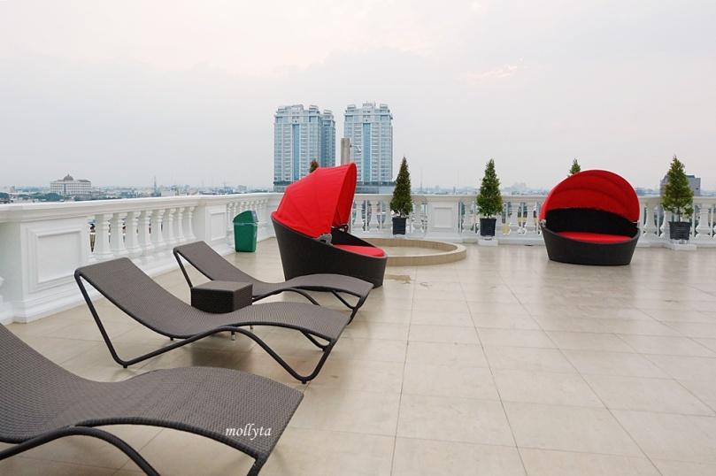 Infinity pool dengan view kota Medan