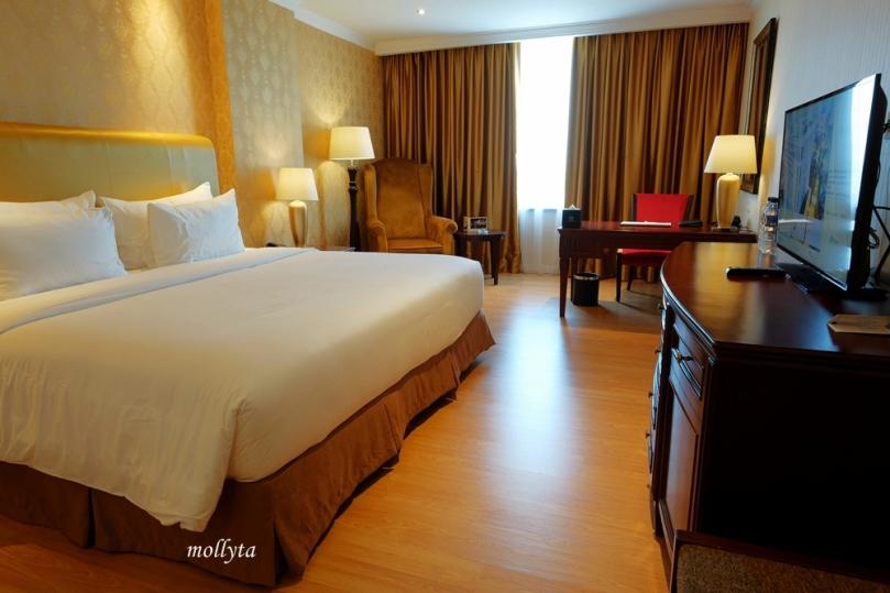 Kamar tidur tipe Deluxe di Adimulia Hotel Medan
