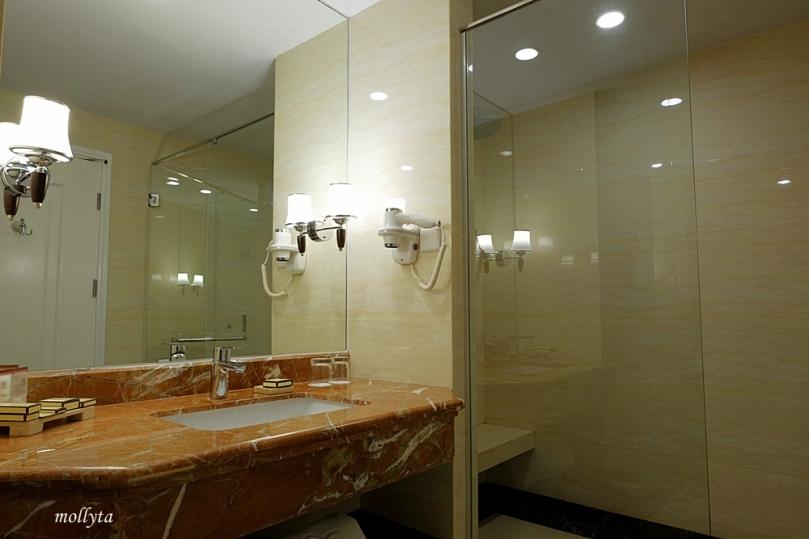 Kamar mandi di Adimulia Hotel Medan