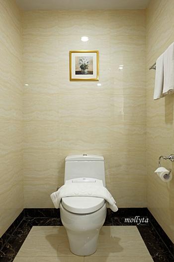 Toilet di kamar Adimulia Hotel
