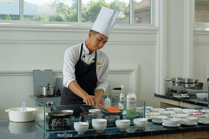 Chef menyiapkan menu sarapan di Adimulia Hotel