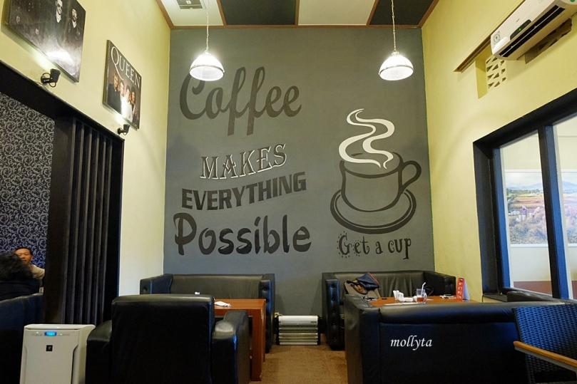 Ruangan indoor Koffie Bagus Medan