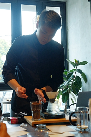 Harris Hartanto mendemonstrasikan Manual Brew