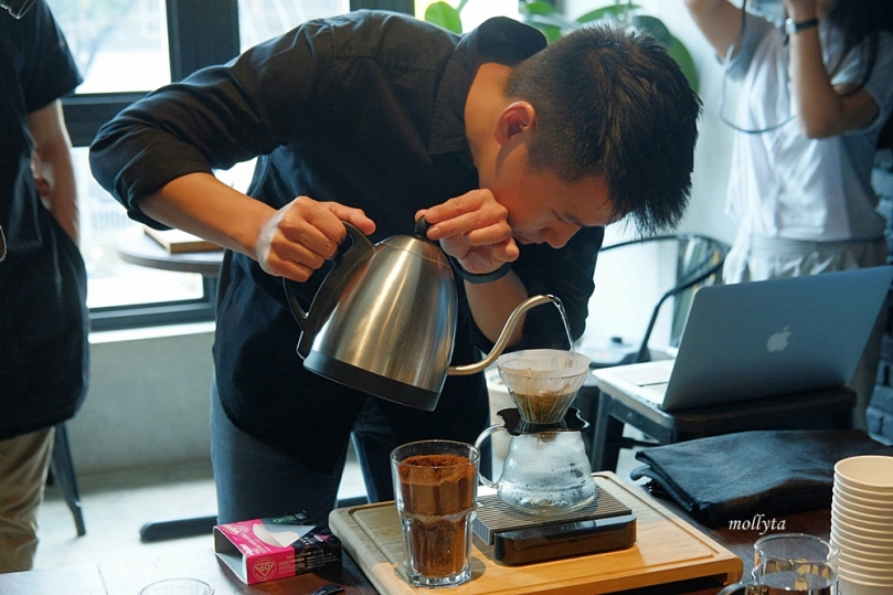 Menuangkan air panas pada Manual Brew Workshop di Coffeenatics