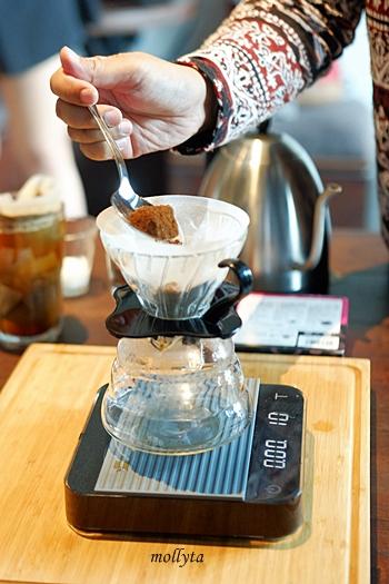 Bubuk kopi pada teknik manual brew
