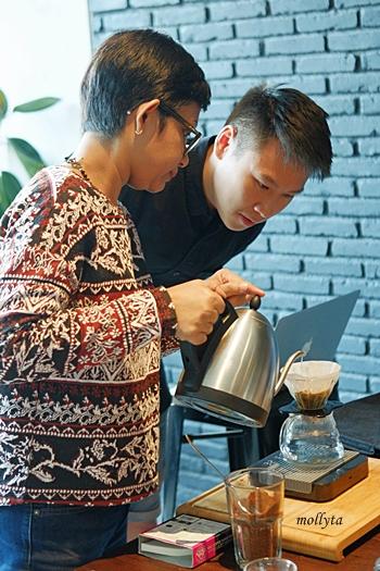 Menuangkan air panas ke kopi