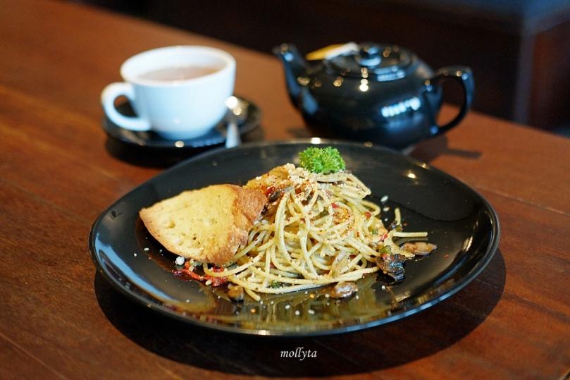 Spaghetti Aglio Olio dan Hot Tea di Coffeenatics Medan