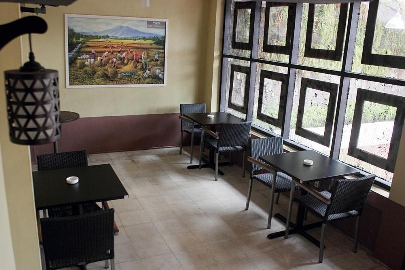 Ruang semi indoor di Koffie Bagus
