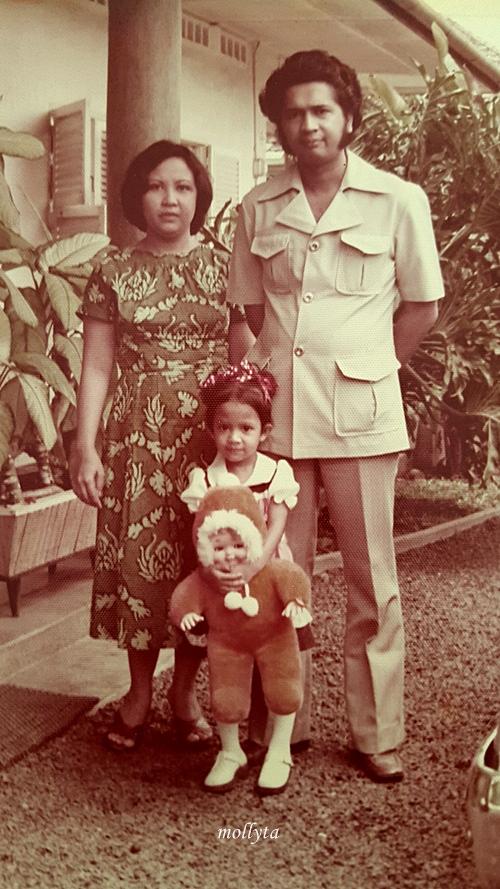 Molly kecil bersama orang tua