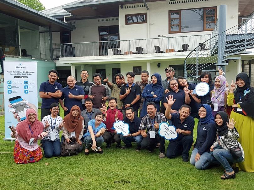 Foto bersama peserta Jelajah Kota My Blue Bird di Medan