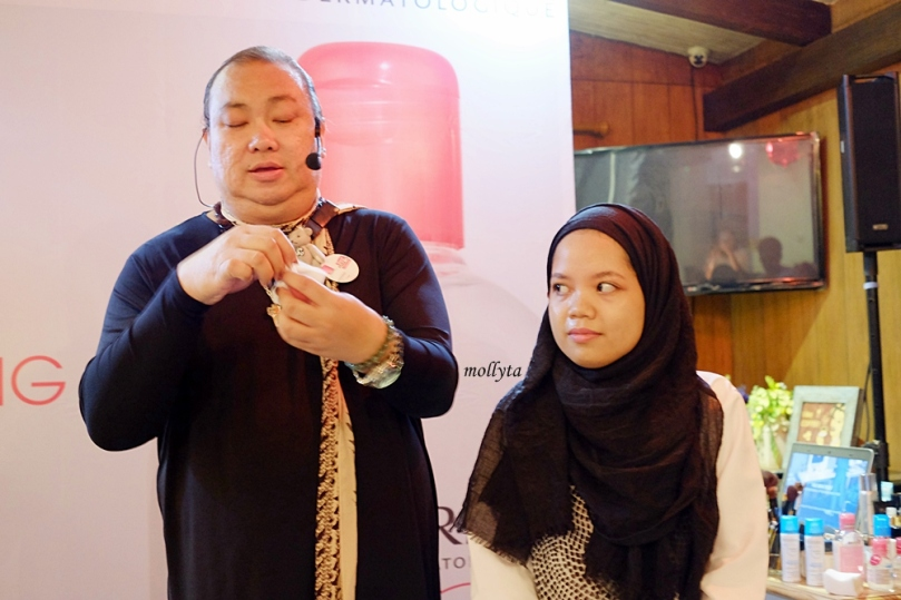 Qiqi Franky melakukan demo make-up di Medan
