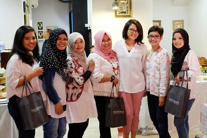 Foto bersama Dea Karmia di Launcing Bioderma Medan