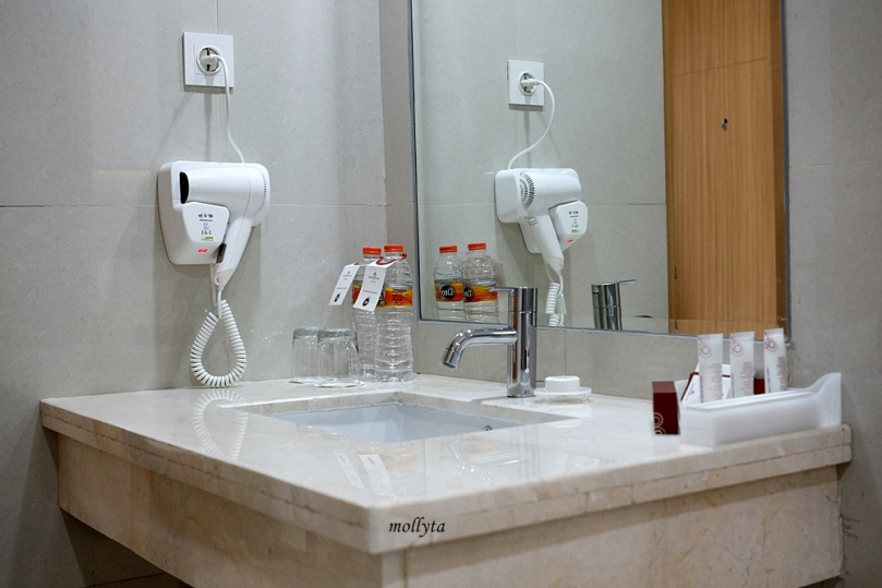 Hair dryer di kamar mandi Junior Suite Hotel Grandhika Medan