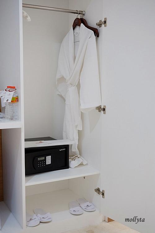 Lemari pakaian dan SDB di kamar Junior Suite Hotel Grandhika Medan