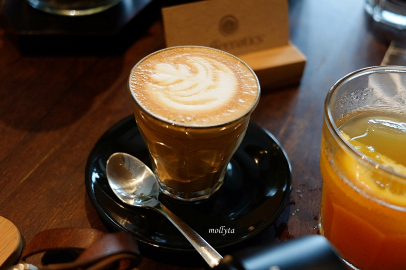 Coffee with Latte Art di Coffeenatics