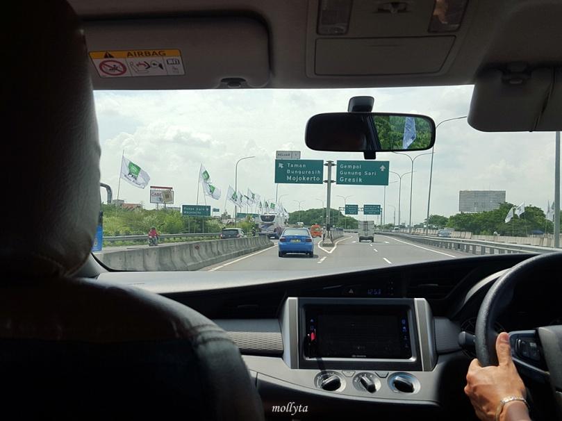 Naik taksi dar Bandara Juanda ke kota Surabaya