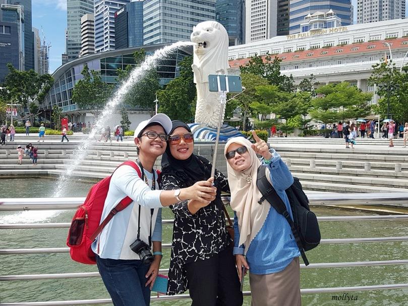 Berfoto di Merlion Park Singapura