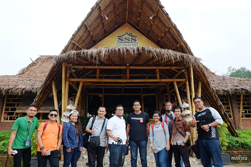Makan siang di Saung Sunda
