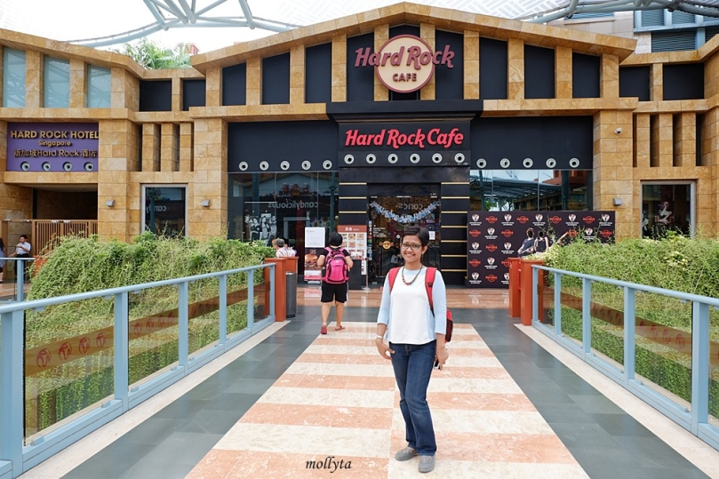 Di depan Hard Rock Cafe Singapura