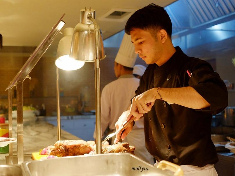 Chef tengah bekerja di open kitchen Orchid Restaurant