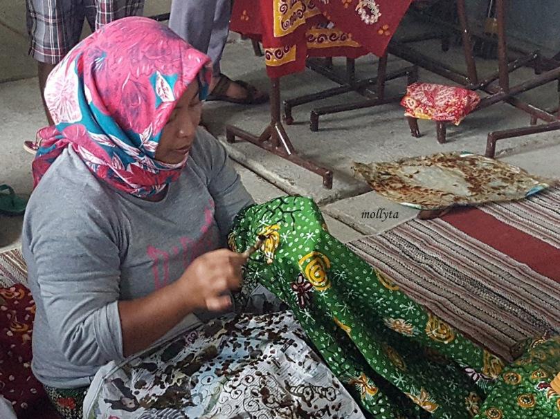 Proses pembuatan batik tulis Madura