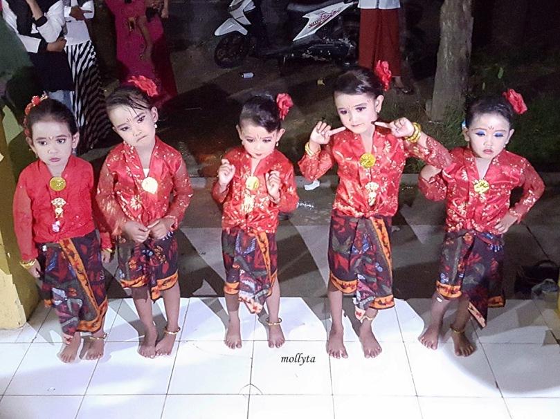 Sambutan tarian oleh anak-anak di Ketetang Kwanyar Madura