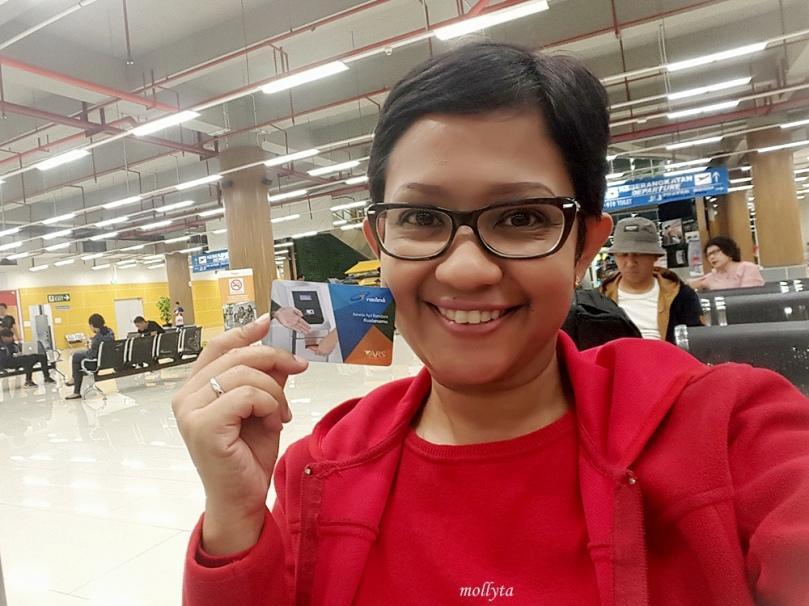 Menunggu kereta Railink menuju kota Medan