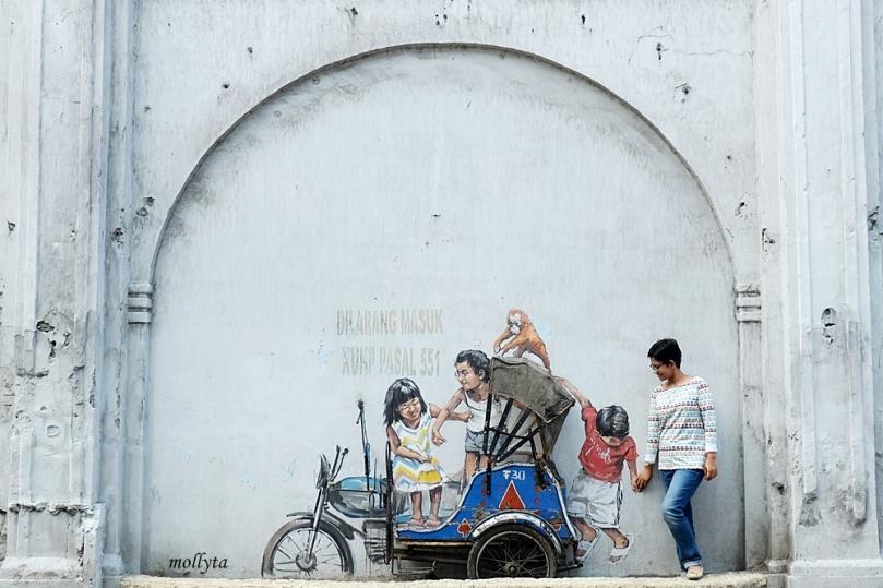 Berfoto dengan mural di Medan
