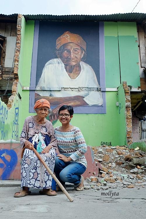 Berfoto depan mural nenek Nurbaya di Medan