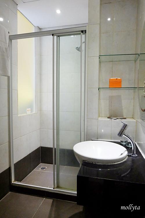 Shower area di J Hotel Bandara Soekarno Hatta