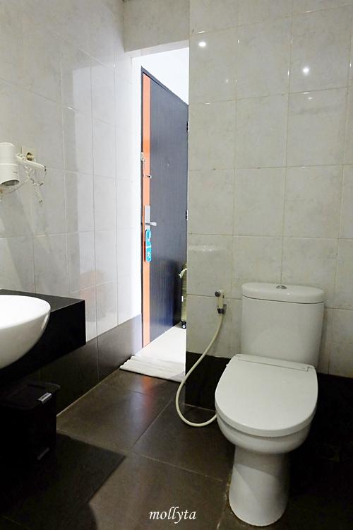 Kamar mandi di J Hotel Bandara Soekarno Hatta