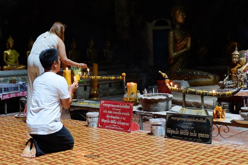 beribadah di Khao Luang Cave Phetchaburi Thailand