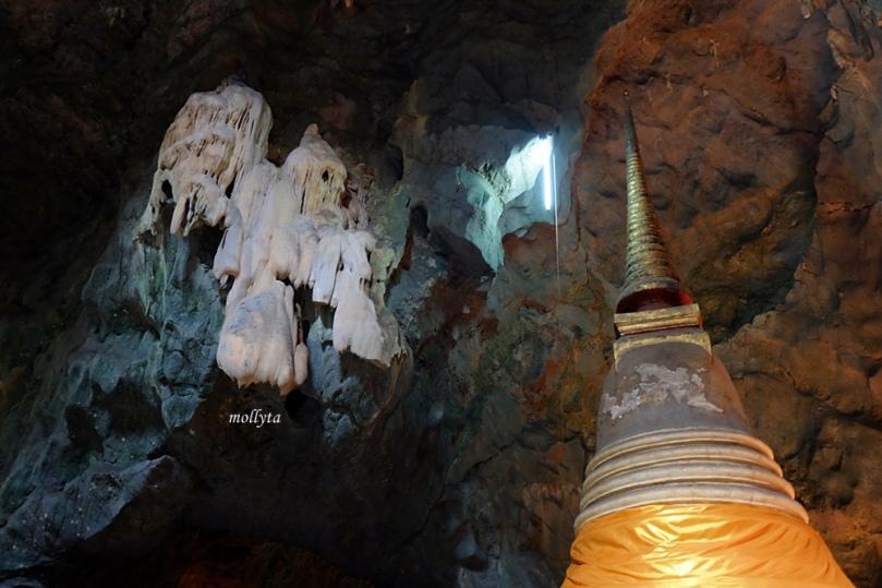 Stalaktit dan stalakmit di Khao Luang cave Phetchaburi
