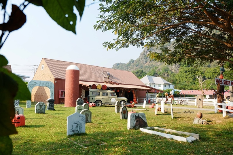 Ada graveyard di Swiss Sheep Farm Cha-Am