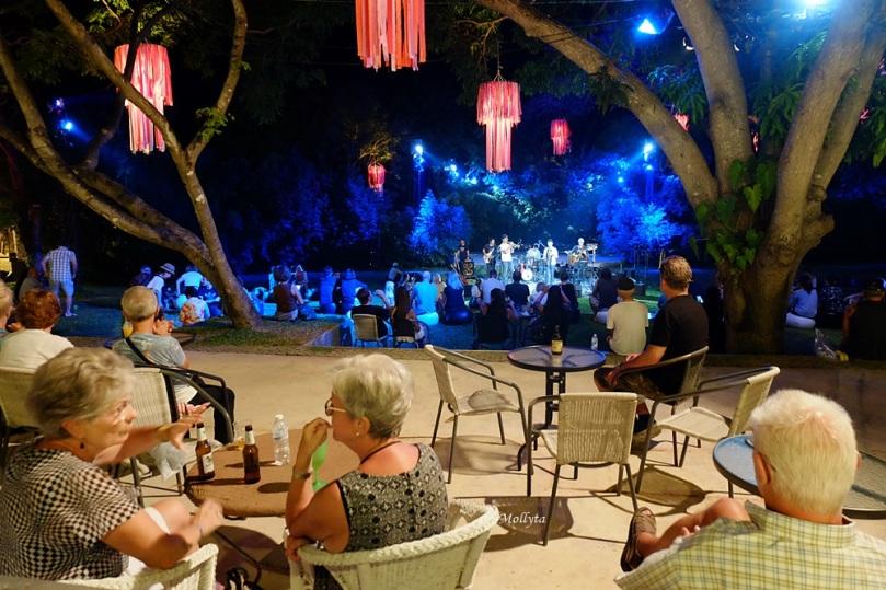 Pertunjukan musik jazz di Cicada Market Hua Hin