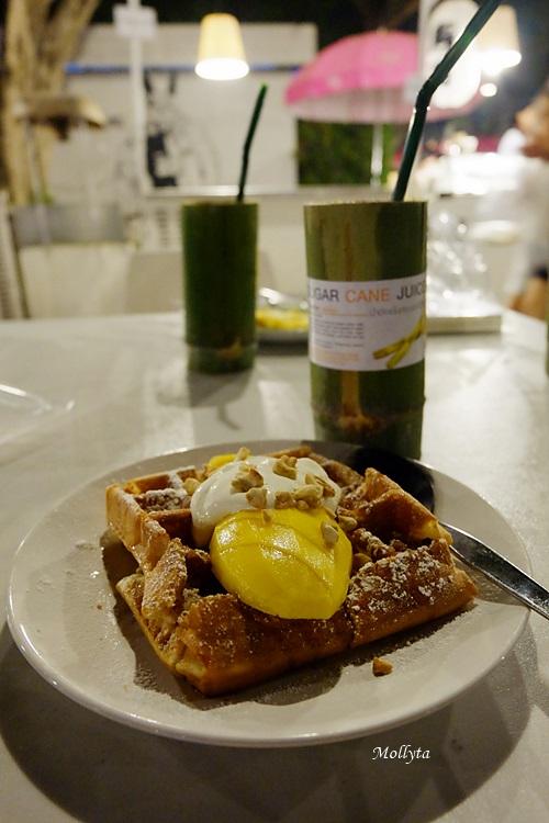 Waffle with mango dan sugar cane juice di Cicada Market Hua Hin