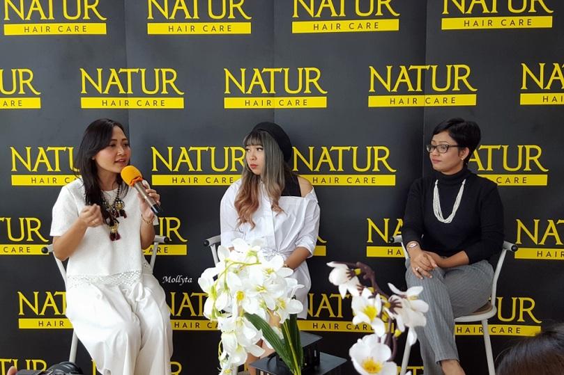 Sharing session bersama Ayu Prasetya, Yunita Elisabeth dan Mollyta Mochtar di acara Natur Hair Beauty Dating Medan