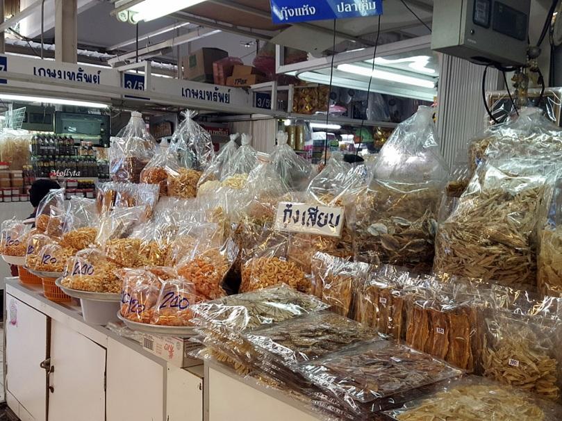 Pilihan makanan kering di Or Tor Kor Market